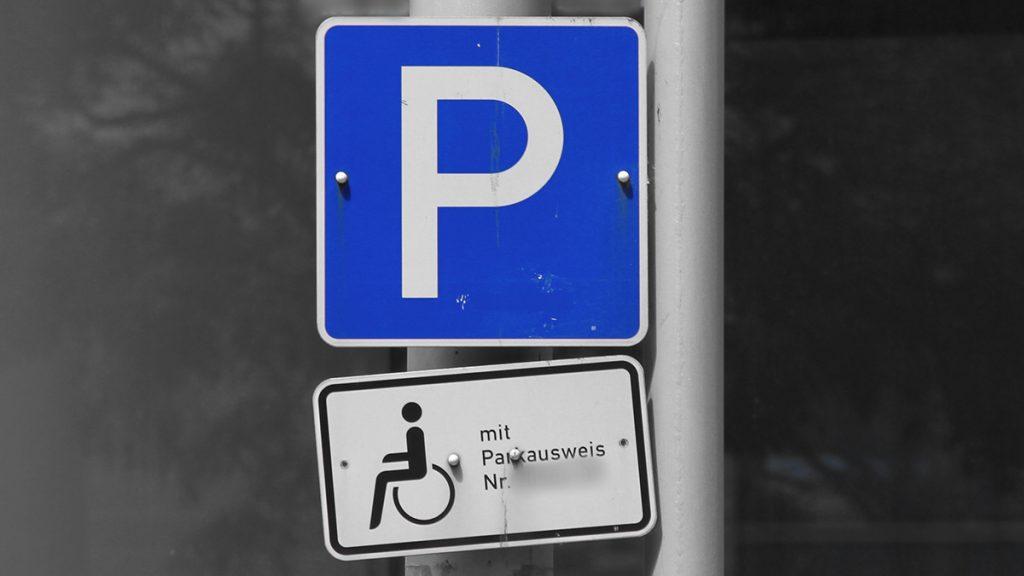 Verkehrsschild eines persönlichen Behindertenparkplatzes