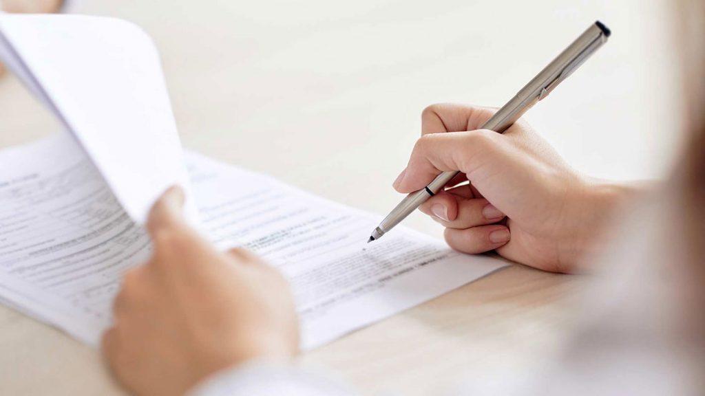 Unterzeichnung eines Antrages auf einen Schwerbehindertenausweises