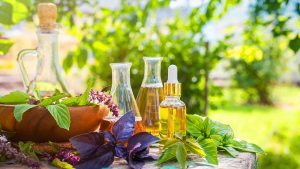 Natürliche Inhaltsstoffe, Kräuter und Öl in verschiedenen Glasgefäßen