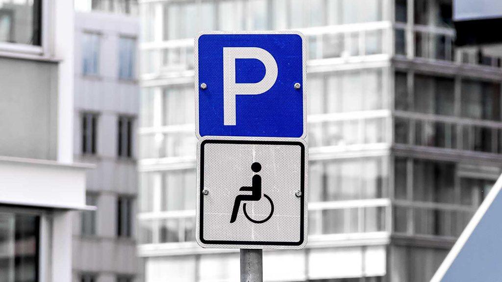 Straßenschild eines Behindertenparkplatz
