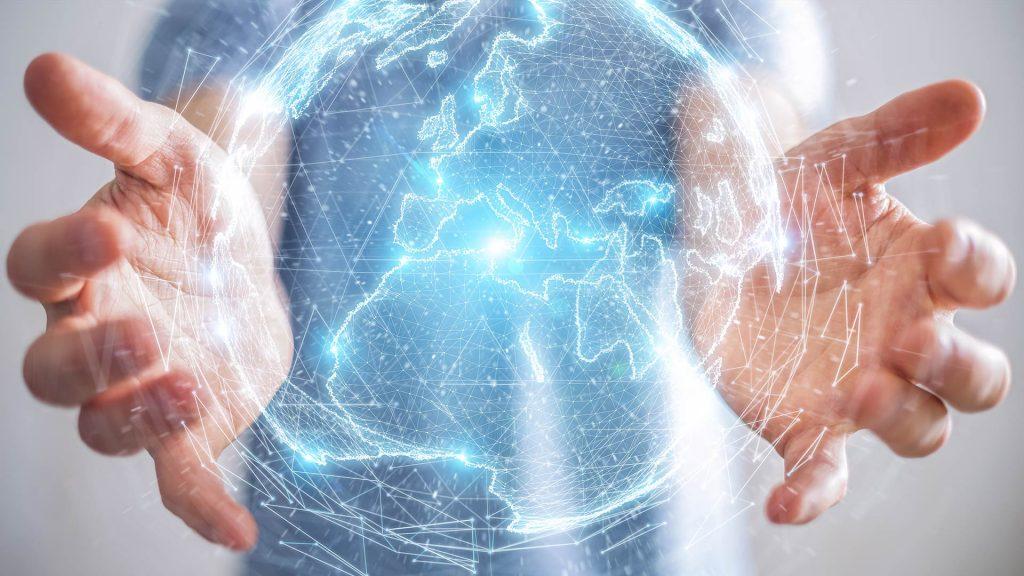 Digitale Informationsvielfalt als Weltkugel zwischen zwei Händen