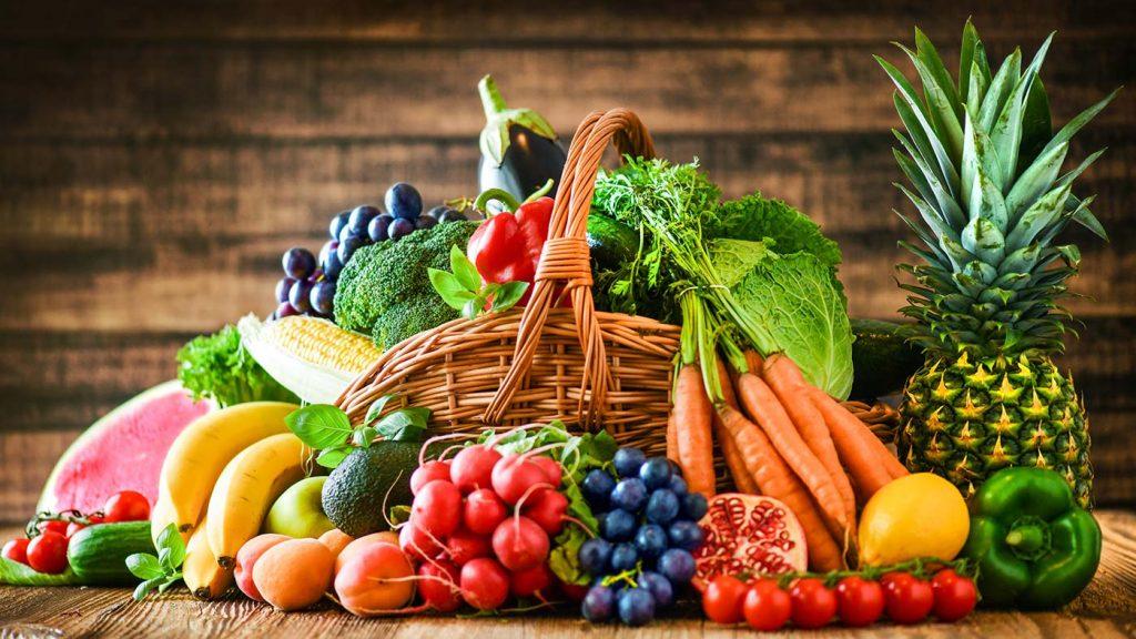 Korb mit einer Komposition aus frischen Früchten und Gemüsen